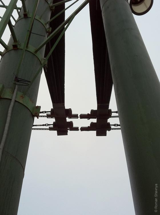 Провода на разводном мосту в Санкт-Петербурге