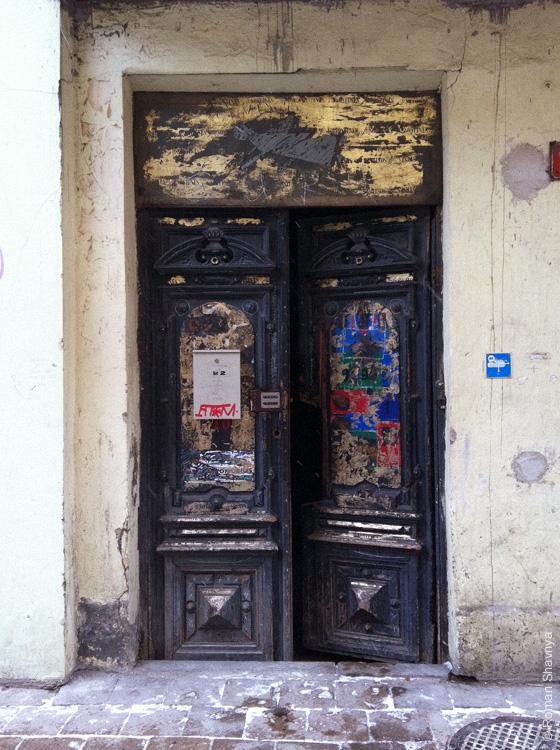 Старые красивые двери в Вильнюсе